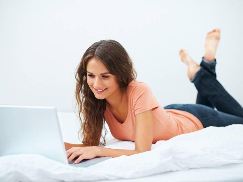 Девушка работает перед компьютером